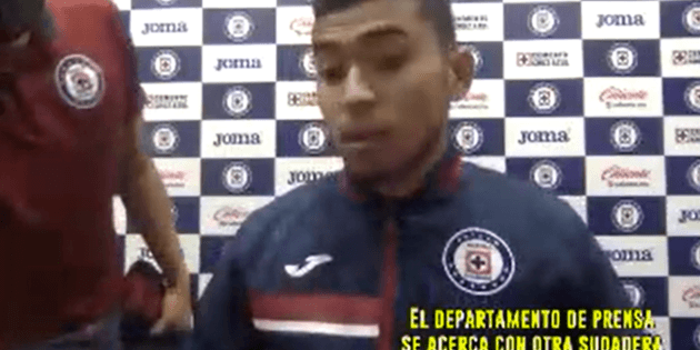 (Video) Orbelin Pineda salió a la rueda de prensa con el escudo de Cruz Azul... al revés